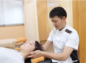 首の施術を受ける女性