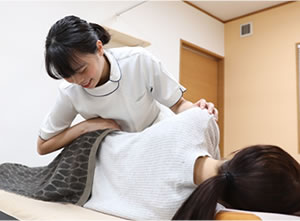 施術する女性施術者