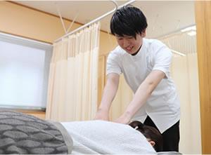 肩の施術を行う男性施術者