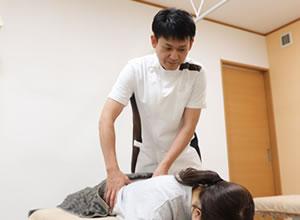 腰の施術を受ける女性