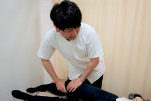 膝の施術を行う施術者